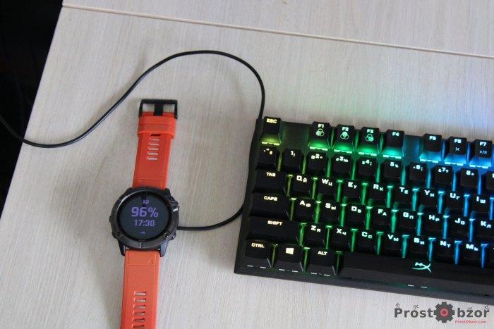 Внешний виде часов Garmin Fenix с USB кабелем