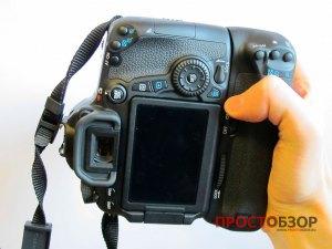 Как держать камеру  Canon EOS 70D с аккумуляторной ручкой BG-E14