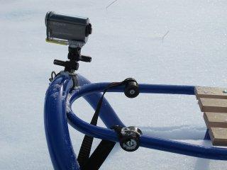 Установка камеры Sony с помощью крепления VCT-RBM1 на санках - вид сбоку