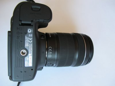 Нижняя часть камеры Canon EOS 70D с креплением для штатива