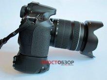 Вид сбоку камеры Canon EOS 70D и бустера BG-E14
