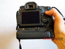 Как держать камеру  Canon EOS 70D с аккумуляторной ручкой BG-E14 - вид сзади