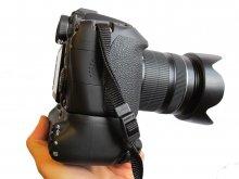 Как держать камеру  Canon EOS 70D с аккумуляторной ручкой BG-E14 - в руке