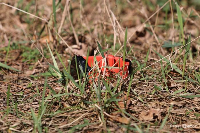 Часы Garmin Fenix 5X с оранжевым ремешок в траве