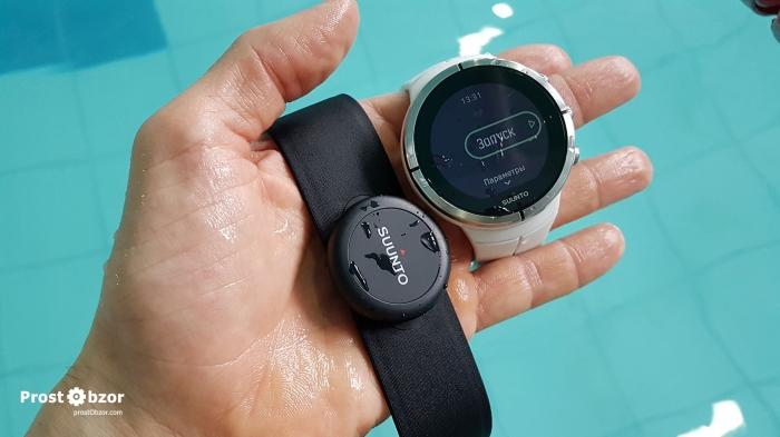 Нагрудный пульсометр Suunto Smart Sensor в бассейне на плавании