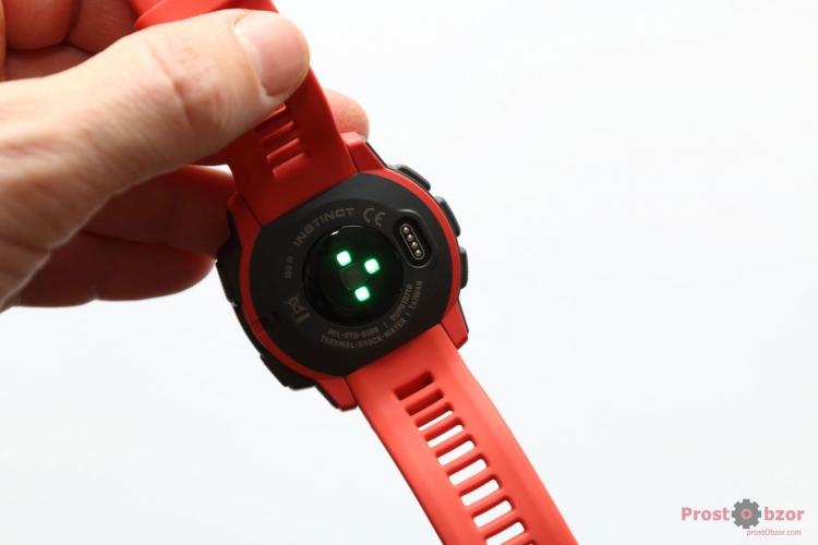 Встроенный датчик пульса HR в часах Garmin Instinct
