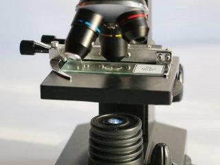 Увеличение в 10 раз - Предметная площадка микроскопа Bresser Biolux LCD 40x-1600x