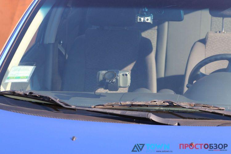 GPS навигатор Garmin Monterra на ветровом стекле - вид спереди