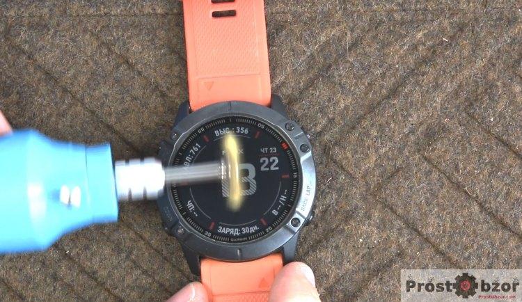 Царапаем  стекло часов Garmin Fenix 6X щеткой по металлу